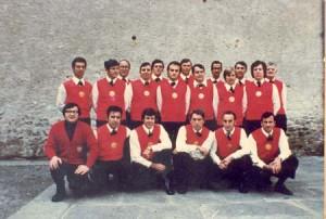 Il Coro Alpi Apuane davanti alla chiesa di Castelnuovo di Garfagnana
