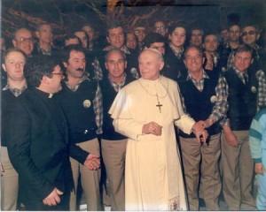 Il Coro insieme al S.Pontefice nella sala Nervi